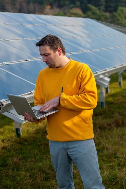 Homem, trabalhando, com, solar, painéis Foto Premium