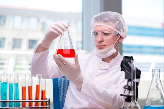 Homem, trabalhando, em, a, químico, laboratório, ligado, ciência, projeto Foto Premium