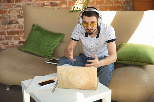 Homem trabalhando em casa durante o coronavírus ou quarentena covid-19, conceito de escritório remoto Foto gratuita