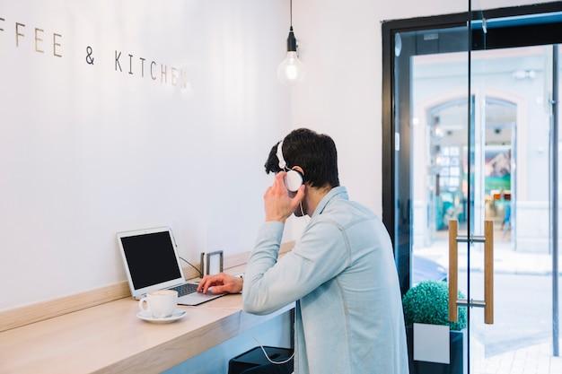 Homem, trabalhando, em, laptop, em, café Foto gratuita