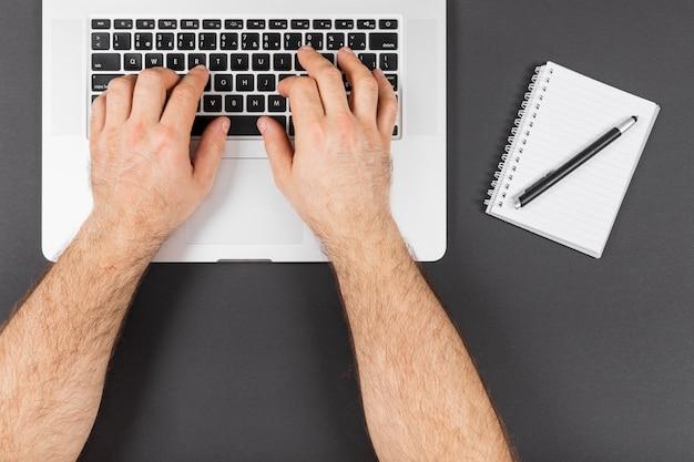Homem trabalhando em seu laptop Foto gratuita