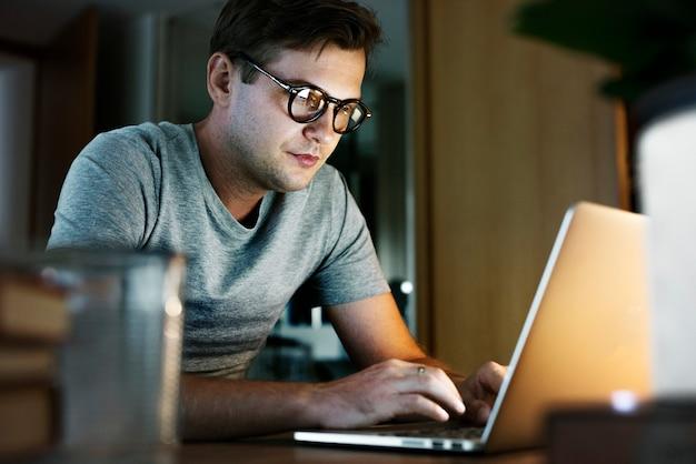 Homem, trabalhando, laptop Foto gratuita