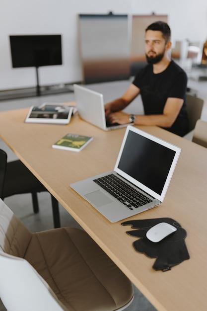 Homem, trabalhando, seu, laptop Foto gratuita