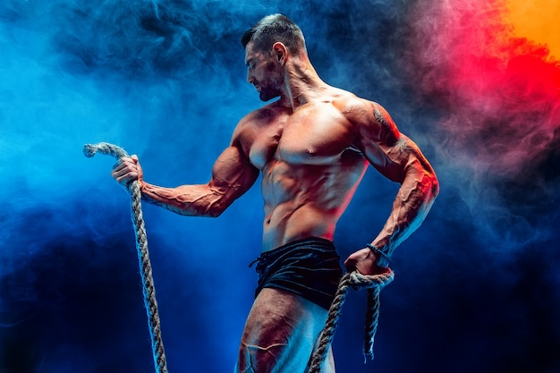 Homem treinando com corda Foto Premium
