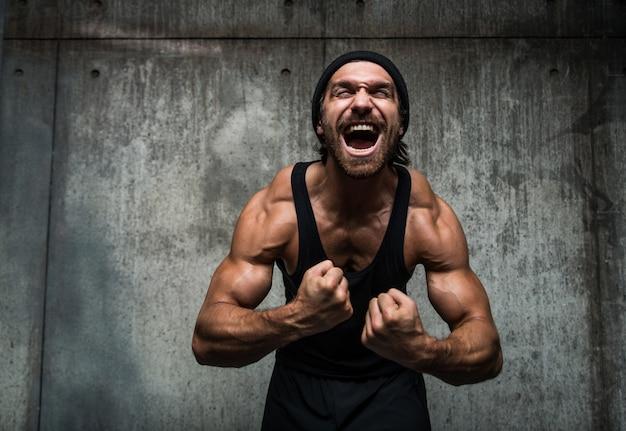 Homem treinando em uma academia Foto Premium