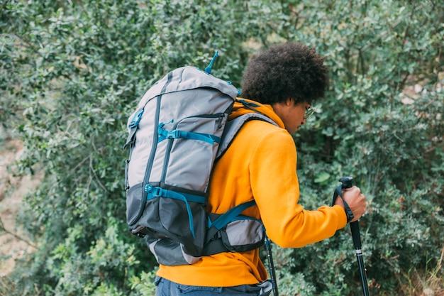 Homem, trekking, em, montanhas Foto gratuita