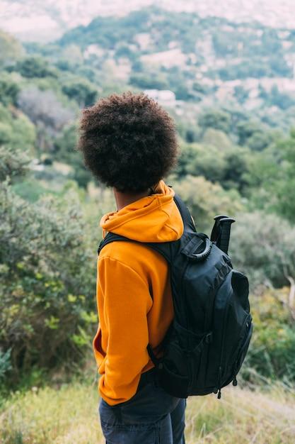 Homem, trekking, em, natureza Foto gratuita