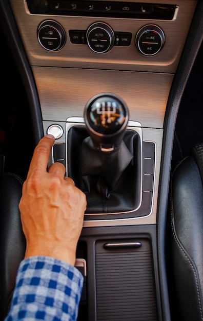 Homem usando a caixa de velocidades Foto gratuita