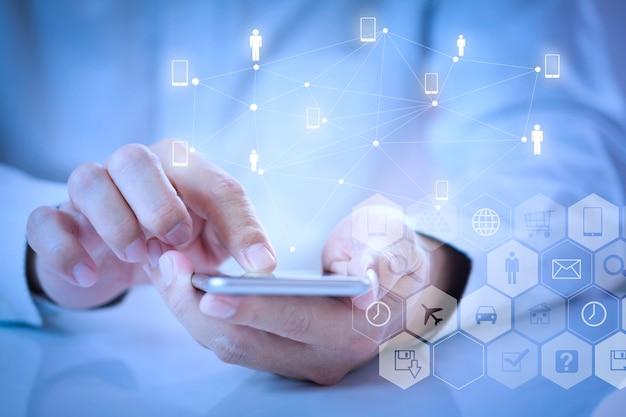 Homem usando aplicativo móvel no smartphone Foto Premium