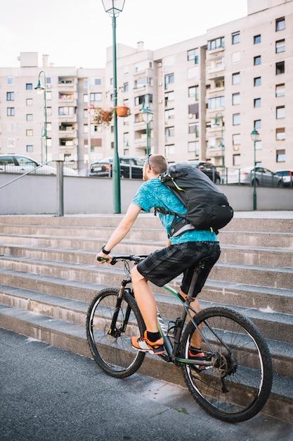 Homem, usando, bicicleta Foto gratuita
