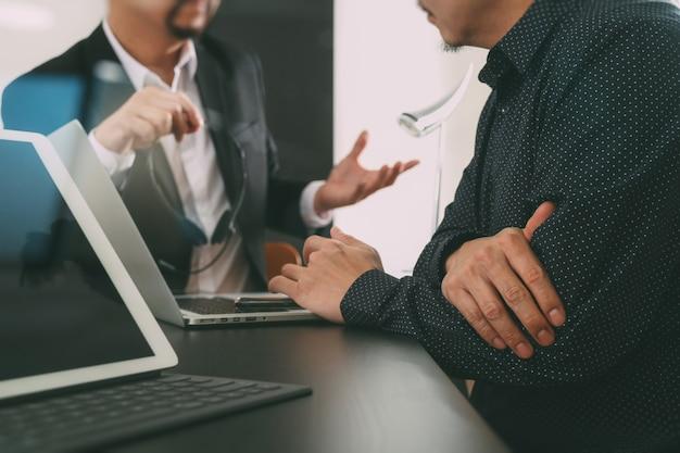 Homem, usando, headset voip, com, tablete digital, e, computador latop, e, esperto, telefone, em, modernos, escritório Foto Premium