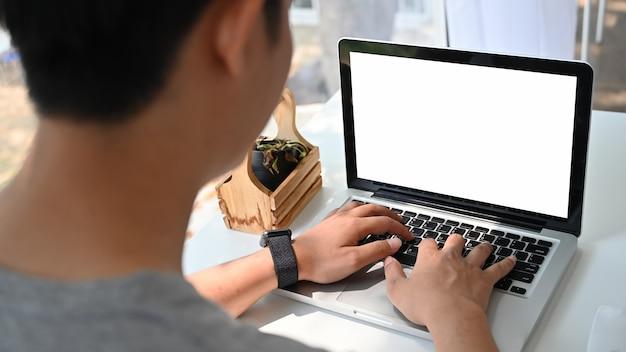 Homem usando laptop mockup com tela vazia. Foto Premium