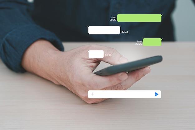 Homem usando o aplicativo de mensagens instantâneas no celular. bate-papo móvel online. Foto Premium