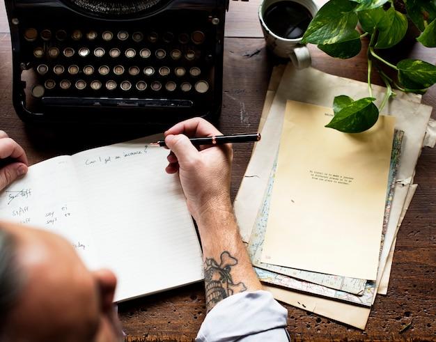 Homem, usando, retro, máquina escrever máquina, trabalho, escritor Foto Premium