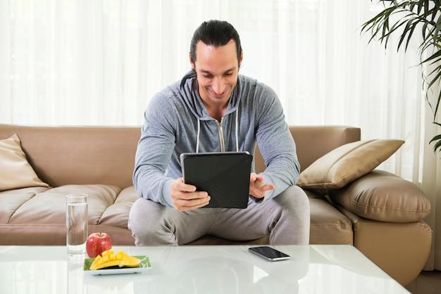 Homem usando tablet digital Foto gratuita