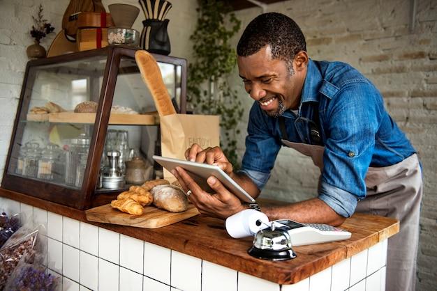 Homem, usando, tablete digital Foto Premium