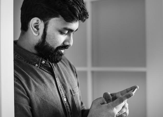 Homem, usando, telefone móvel Foto gratuita