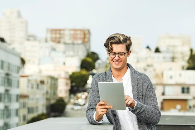 Homem, usando, um, tablete digital, em, um, telhado, em, são francisco Foto Premium