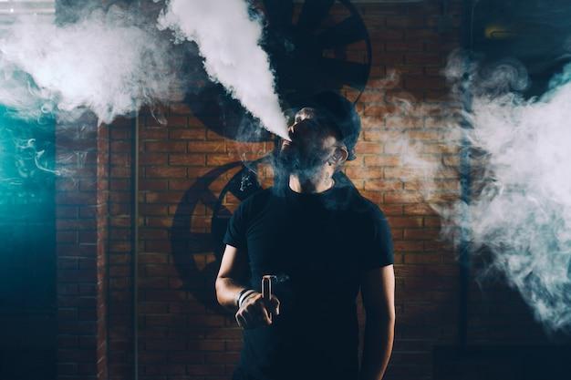 Homem vaping um cigarro eletrônico Foto gratuita