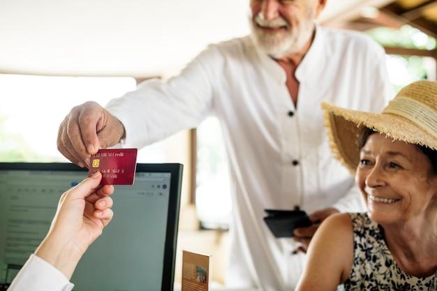 Homem velho, dar, cartão crédito, para, recepcionista Foto Premium