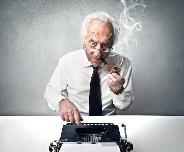Homem velho, digitando, ligado, um, antigas, máquina escrever Foto Premium