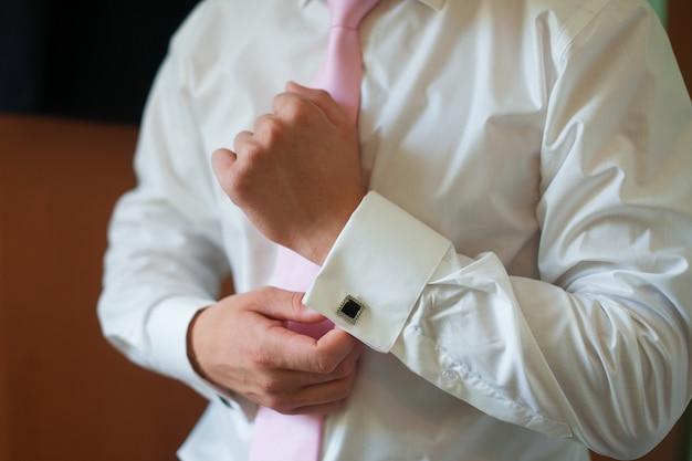 Homem veste as algemas da camisa noivo da manhã acessórios Foto Premium