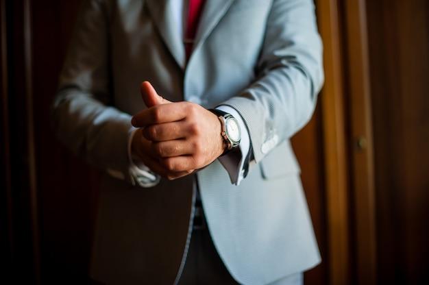 Homem vestido relógios, jaqueta. o negócio Foto Premium