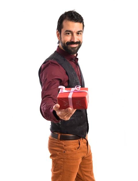 Homem, vestindo, colete, segurando, presente Foto gratuita