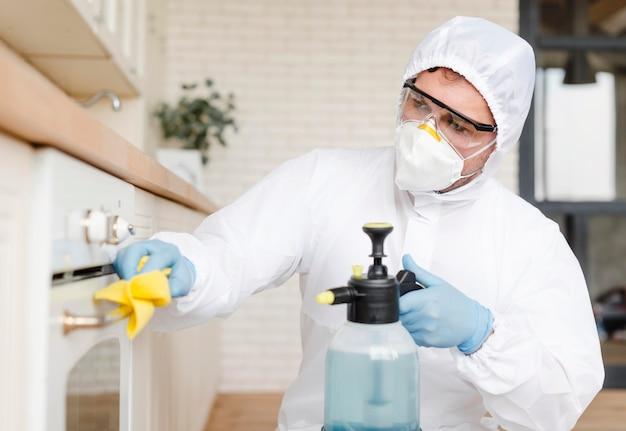 Homem vestindo máscara e roupa de proteção Foto Premium