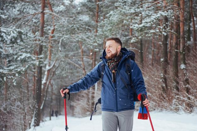 Homem viajante com mochila caminhadas viagens estilo de vida aventura ativo férias ao ar livre. floresta bela paisagem Foto Premium
