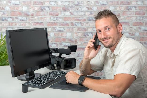 Homem, vídeo, editor, usando, tablete gráfico, e, telefone Foto Premium
