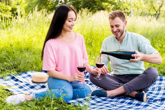 Homem, vinho derramando, para, namorada Foto gratuita