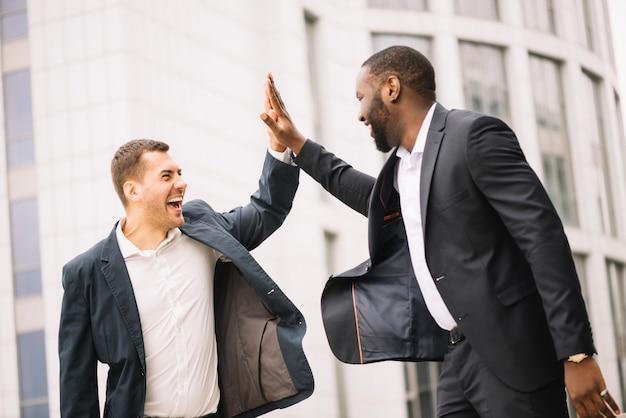 Homens alegres de alto nível Foto gratuita