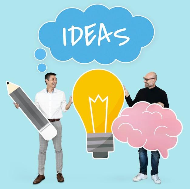Homens, com, idéias criativas, mostrando, bulbo bulbo, e, cérebro, ícones Foto gratuita