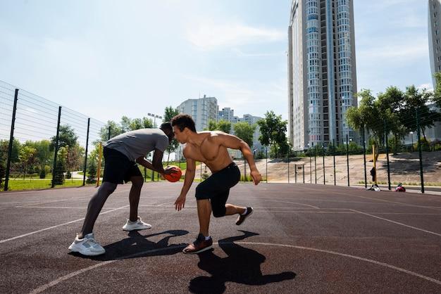 Homens consideráveis que treinam possibilidade remota Foto gratuita