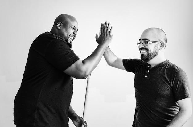 Homens, dar, um ao outro, alto cinco Foto gratuita