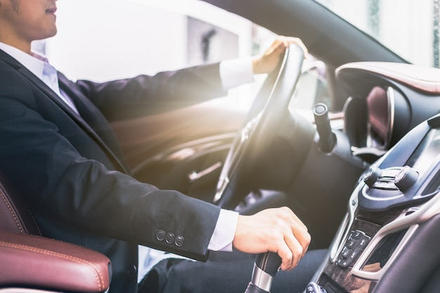 Homens de negócios dirigem fotos laterais de carros Foto gratuita