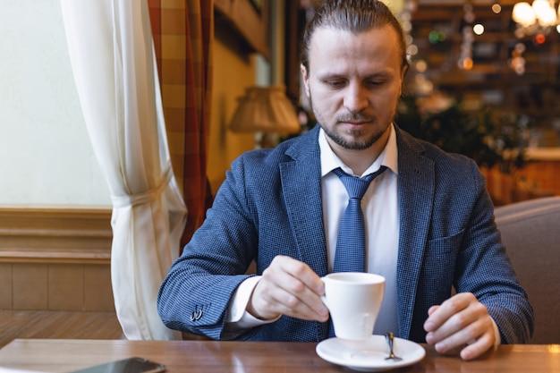 Homens de negócios que bebem um café na barra do café durante a ruptura do coffe. Foto Premium