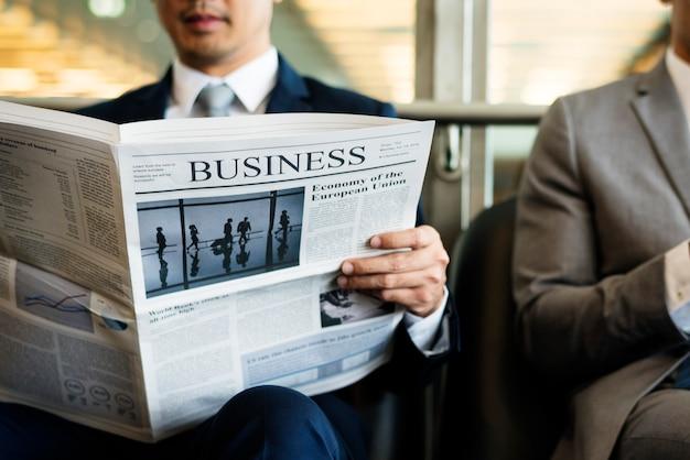 Homens de negócios quebrar sit ler jornal Foto Premium