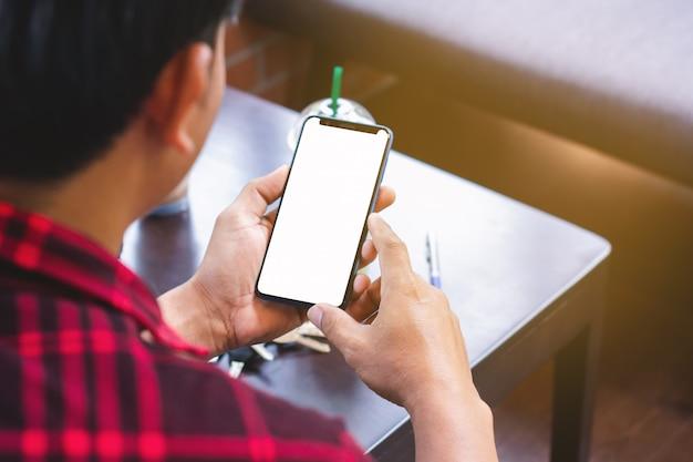 Homens, desgastar, vermelho, camisas listradas, usando, telefones móveis, em, lojas café Foto Premium