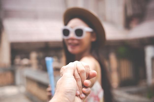 Homens e mulheres dão as mãos para viajar. Foto gratuita