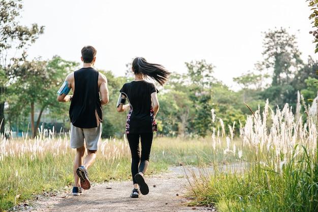 Homens e mulheres se exercitam correndo. Foto gratuita