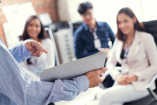 Homens estão apresentando trabalhos para empresários. Foto Premium