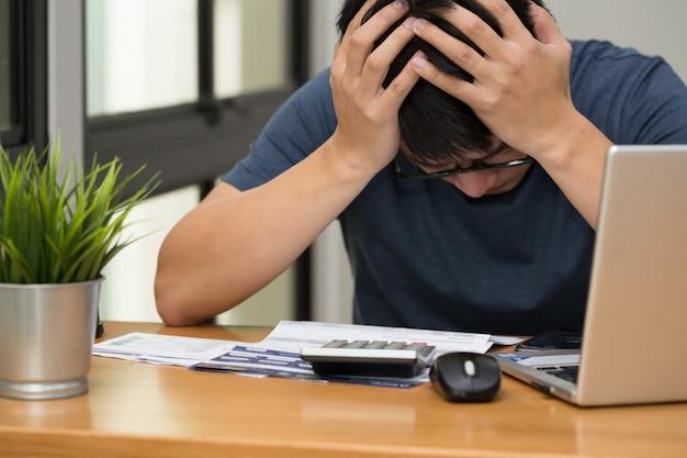 Homens estressados com dívida de cartão de crédito e empréstimo mensal Foto Premium