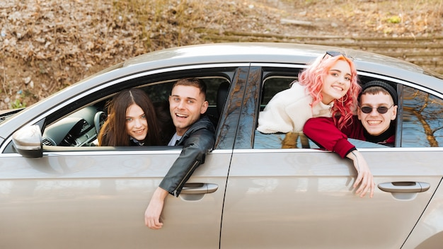 Homens jovens, e, mulheres, olhar, de, janela carro Foto gratuita