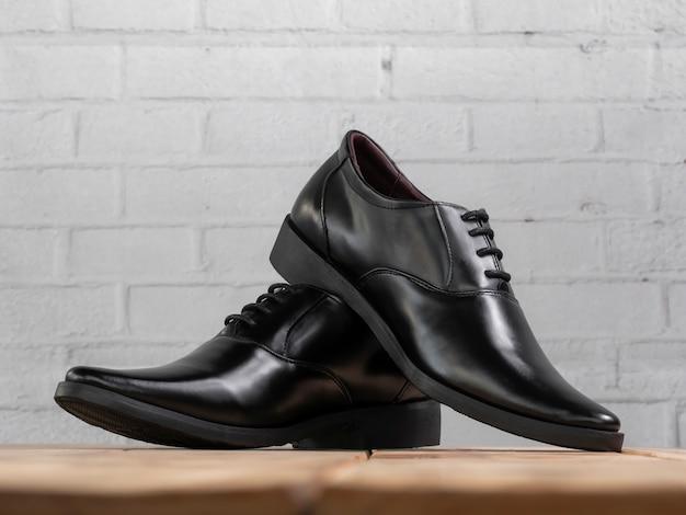 Homens moda sapatos pretos na madeira. Foto Premium
