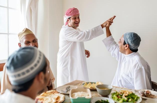 Homens muçulmanos fazendo cinco Foto Premium