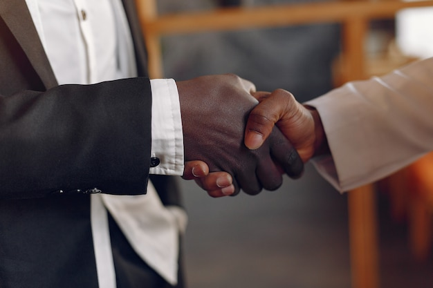 Homens negros em um café, ter um negócio Foto gratuita