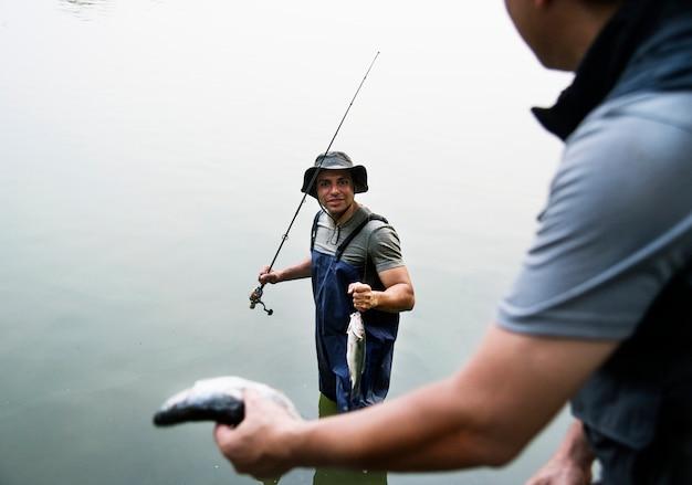 Homens pescando no lago Foto Premium