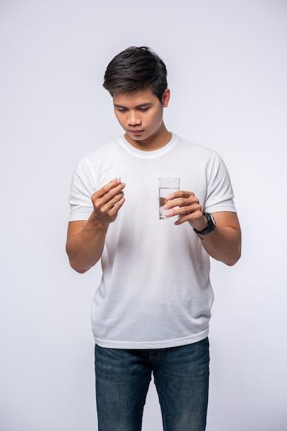 Homens que estão doentes e prestes a tomar antibióticos Foto gratuita